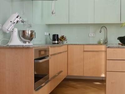 Küche mit Glasfront und Holzschränken