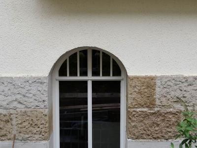 Holzfenster mit Rundbogen