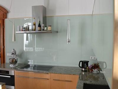 Küche mit Front aus Milchglas