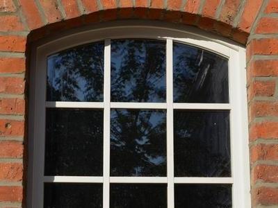 Holzfenster mit Stichbogen