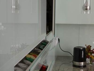 Glasfront-Küchenschränke und Arbeitsfläche uas Stein
