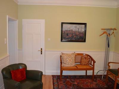 Wandverkleidung und Tür aus Holz